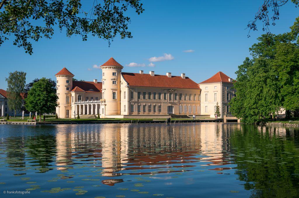 Schloss Rheinsberg erkunden Blick vom gegenüberliegenden Ufer